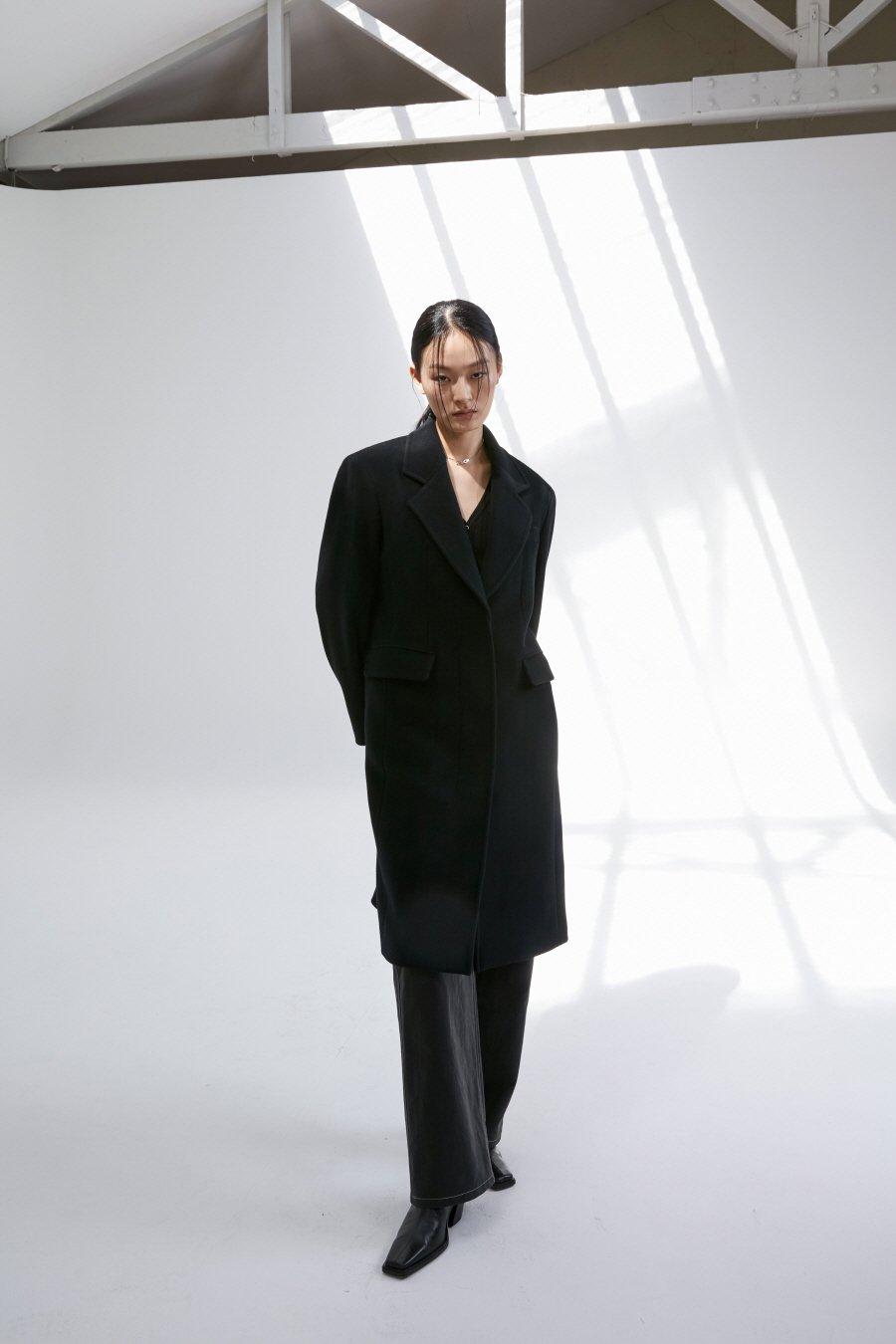 인사일런스 우먼(INSILENCE WOMEN) [BLACK LABEL] 캐시미어 블렌드 클래식 숄더 코트 BLACK