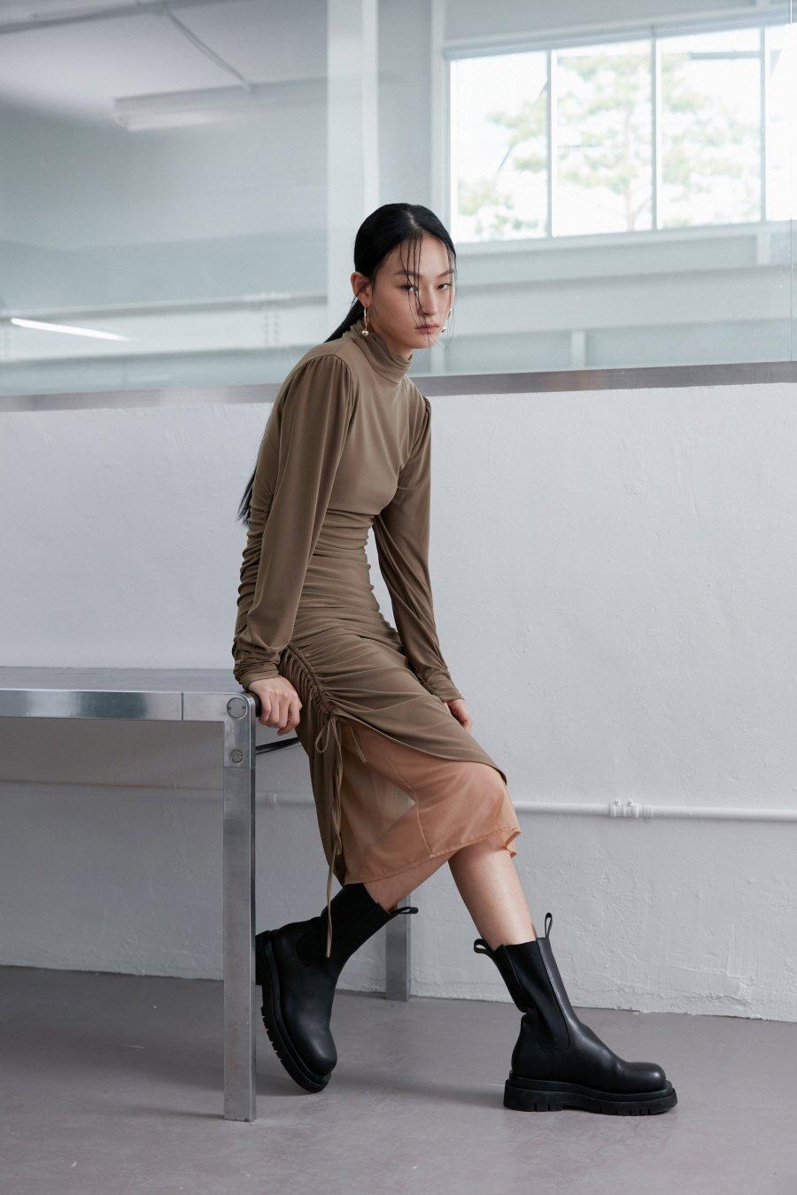 인사일런스 우먼(INSILENCE WOMEN) 더블 레이어 저지 드레스 CAMEL